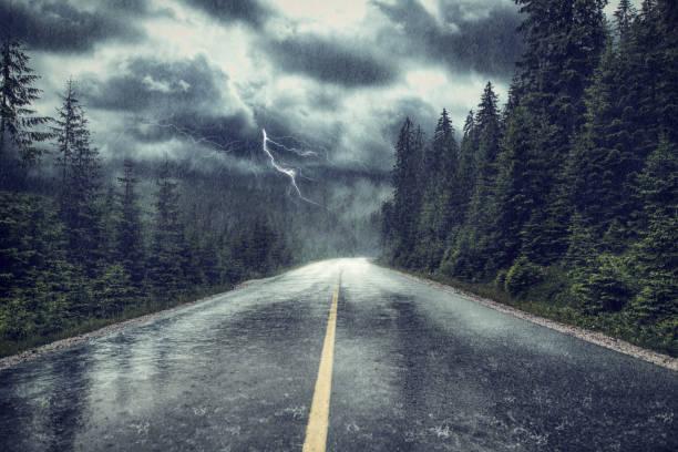 burza z deszczem i piorunami na ulicy - deszcz zdjęcia i obrazy z banku zdjęć