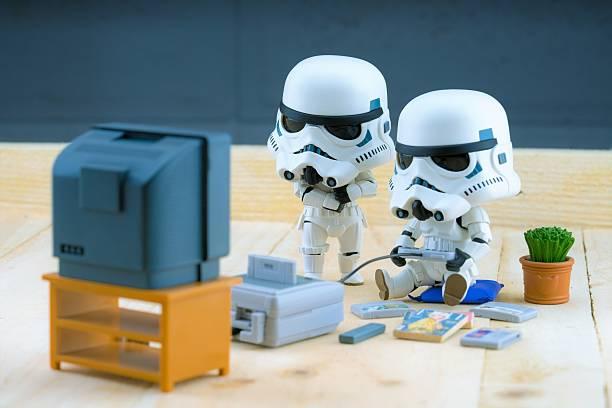 stormtrooper figura tocando o gameboy - star wars - fotografias e filmes do acervo