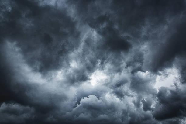 stormy panorama di nuvole - cielo minaccioso foto e immagini stock