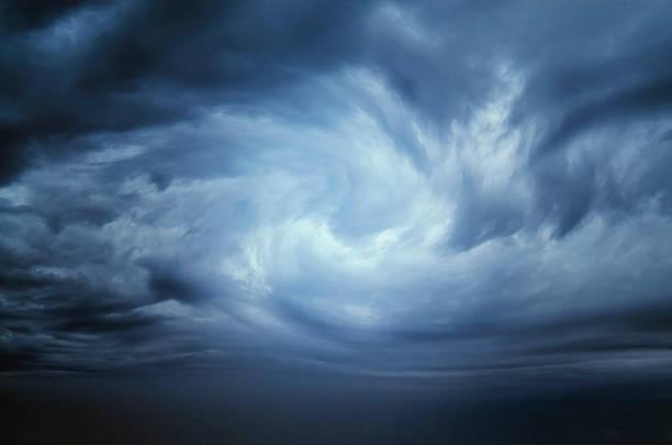 cielo drammatico nuvole di pioggia, - cielo minaccioso foto e immagini stock