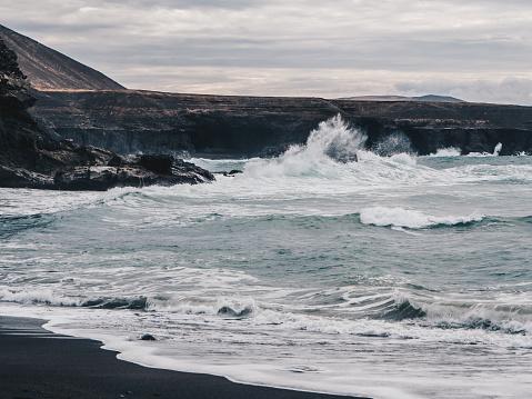 Stormachtige Oceaan Golven Met Witte Schuim Raken Zwarte Zand Strand Van Ajuy In Fuerteventura Canarische Eilanden Spanje Donkere Wolken Stockfoto en meer beelden van Atlantische oceaan
