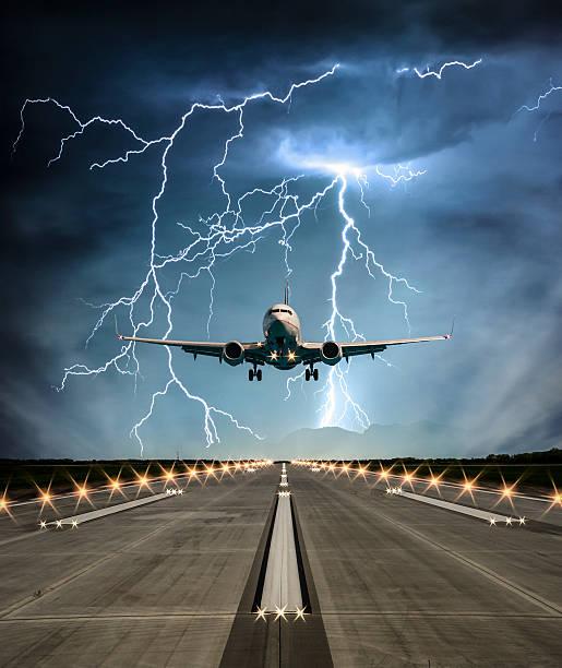 штормовая runway - lightning стоковые фото и изображения