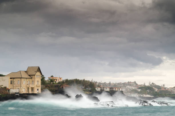 stormy sea bathes a house – zdjęcie