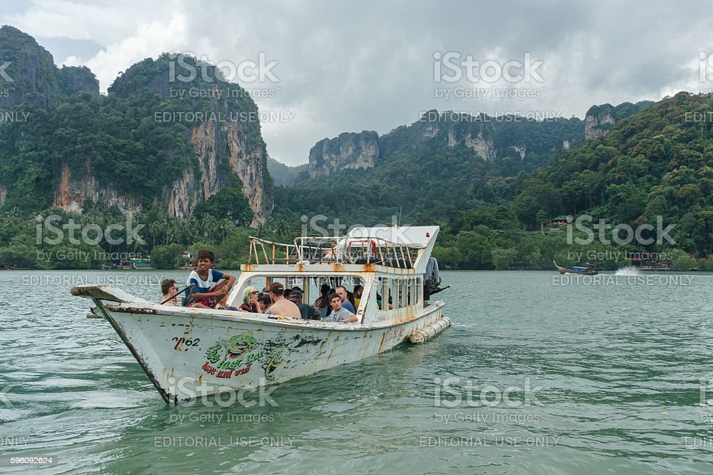 Stormy sky above mountain and tourist boat at Railay beach Lizenzfreies stock-foto