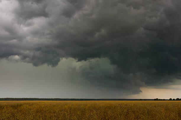 stormy cielo - cielo minaccioso foto e immagini stock
