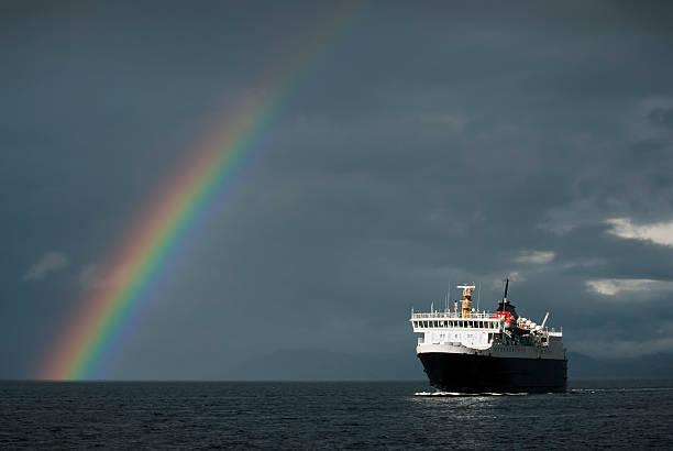 Stürmischen Wetterbedingungen mit der Fähre und Regenbogen – Foto