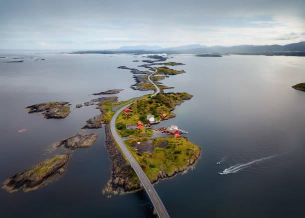 puente de storseisundet, camino del océano atlántico de noruega - noruega fotografías e imágenes de stock
