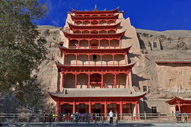9 Geschichte hohe Holzveranda der Höhle 96-Mogao buddhistischeHöhlen-Dunhuang-Gansu Provinz-China-0600 – Foto