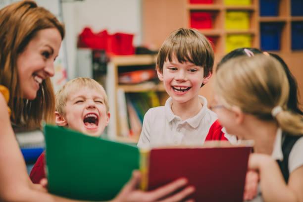 Hora del cuento en la escuela - foto de stock
