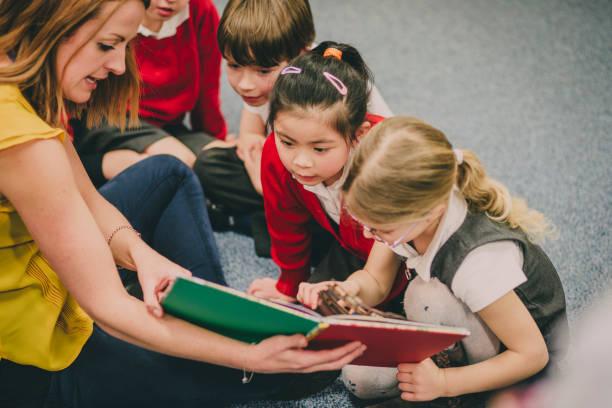storytime im klassenzimmer - geschichten für kinder stock-fotos und bilder