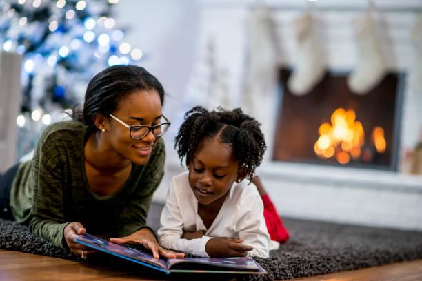 geschichtenerzählen - geschenke eltern weihnachten stock-fotos und bilder