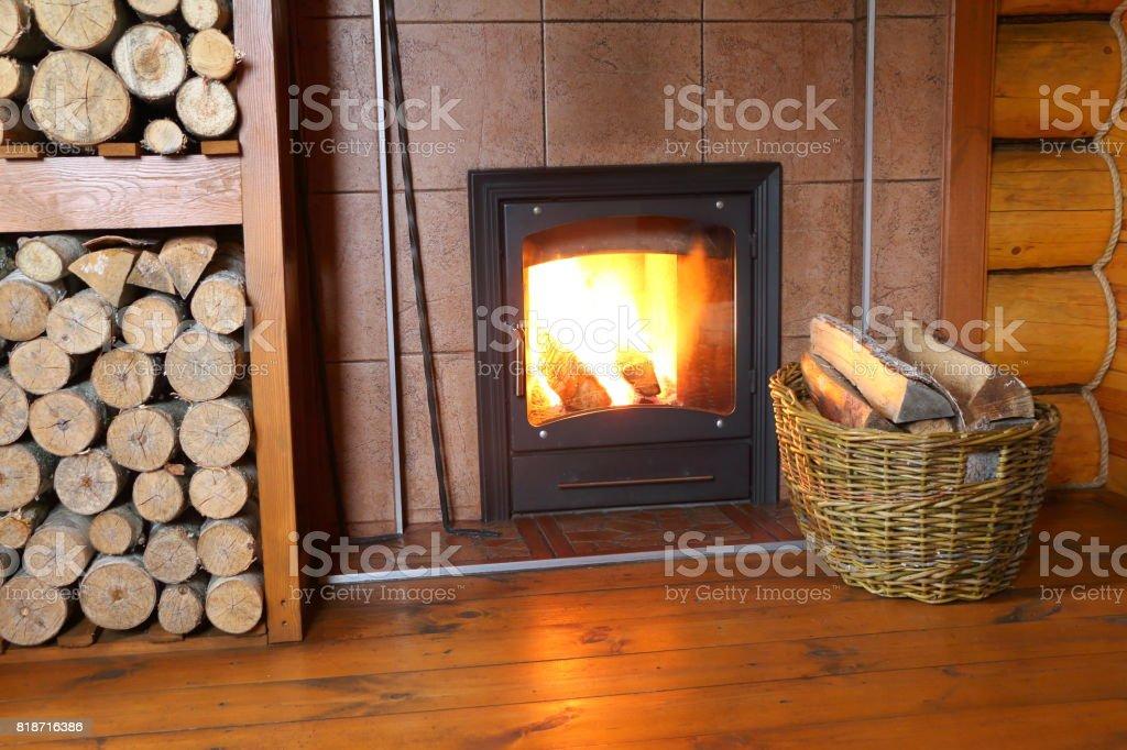 Ofen und Brennholz in einem ländlichen Holzhaus. – Foto