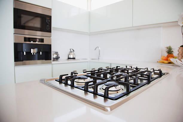 une cuisinière et un four dans la cuisine moderne - cuisinière photos et images de collection