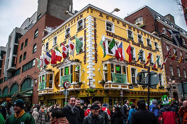 st.patricks tag in temple bar-dublin, irland. - st. patrick's day stock-fotos und bilder