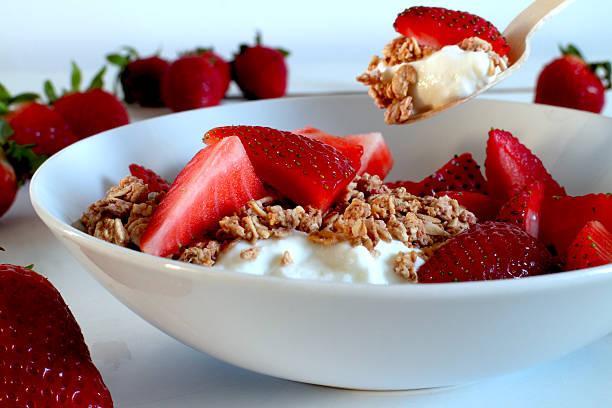 straberry mit müsli und griechischem joghurt - haferflocken rosinen stock-fotos und bilder