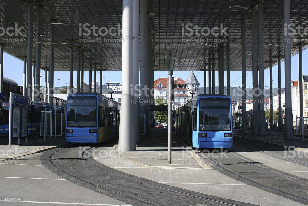 Straßenbahnhaltestelle unter dem Dach des Bahnhof Wilhelmshöhe, Kassel royaltyfri bildbanksbilder