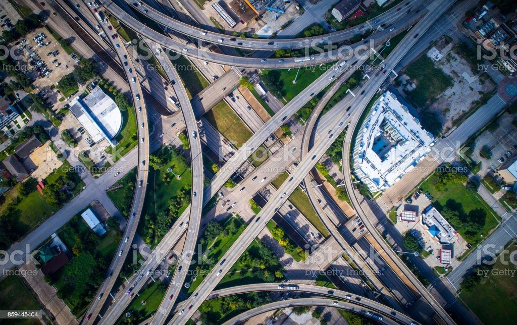 gerade nach unten Winkel über Autobahnen Austausch und Überführung Zersiedelung in Houston Texas massive Stadtverkehr Symmetrie – Foto