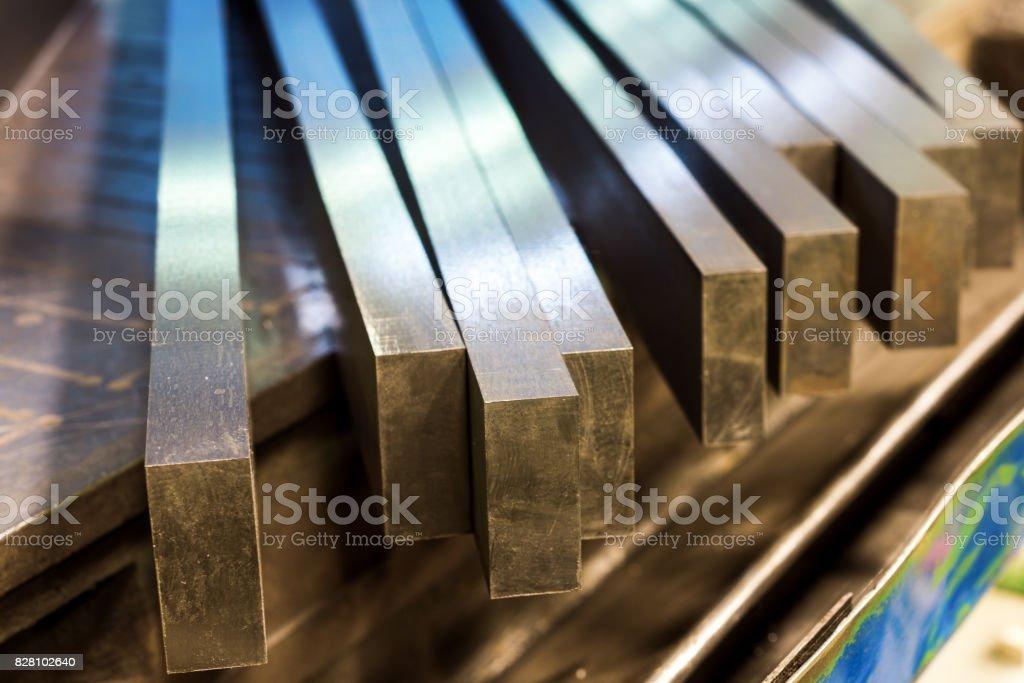 Ligne droite des barres de métal après broyage - Photo