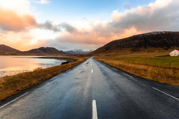 Geraden Strecke von der Küstenstraße in Island bei Sonnenuntergang – Foto