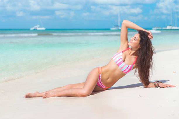 trenzado en paraíso, república dominicana - mujeres dominicanas fotografías e imágenes de stock