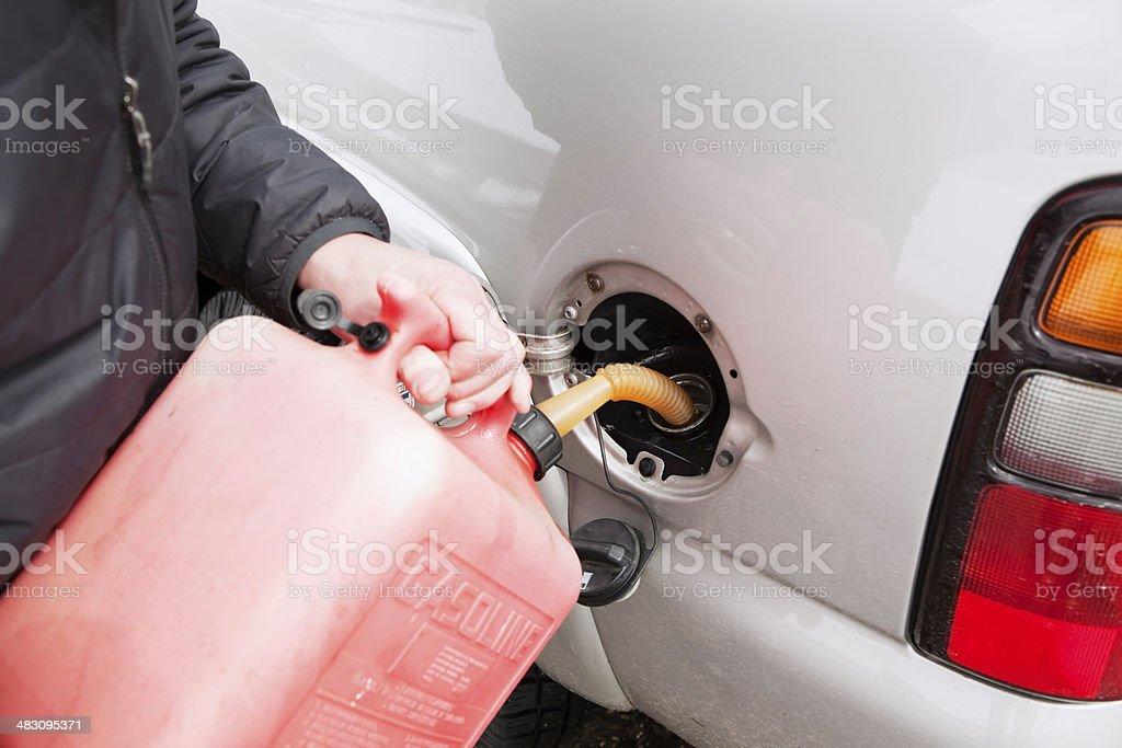 Gestrandete Fahrzeug Füllung Gas-Tank mit tragbaren können – Foto