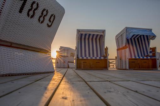 Strandkörbe in Sankt Peter Ording in der Abendsonne