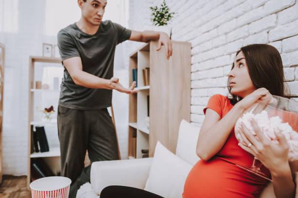 märkliga matvanor. man hävdar. gravid fru. - cravings bildbanksfoton och bilder