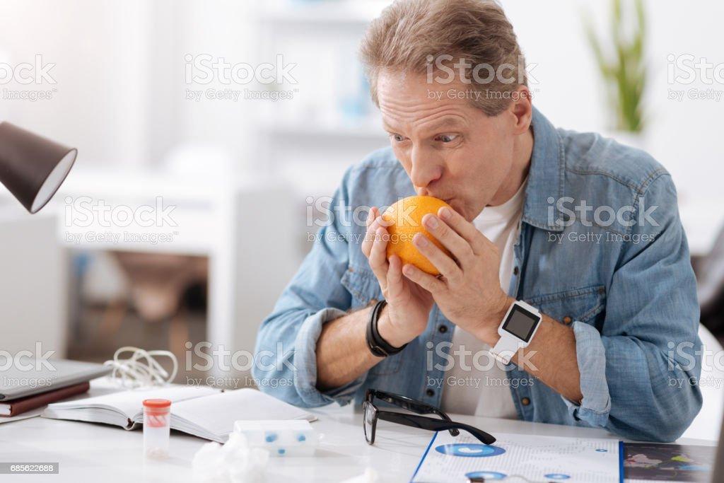 親吻橙色的奇怪的男性人 免版稅 stock photo
