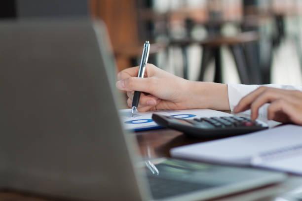 análisis de estrategias y planificación de inversiones. - planificación financiera fotografías e imágenes de stock