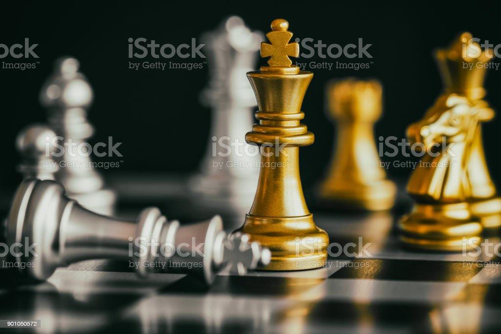 Schach Schlacht Intelligenz Herausforderung Strategiespiel auf Schachbrett. Erfolg das Strategiekonzept. Schach Führer und Erfolg Geschäftsidee. Spielen Sie Schach Strategie Spiel Wettbewerb Geschäftserfolg. – Foto