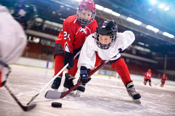 strategy to win in ice hockey - infanzia foto e immagini stock
