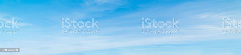 Estratiformes nubes y cielo azul foto de stock libre de derechos