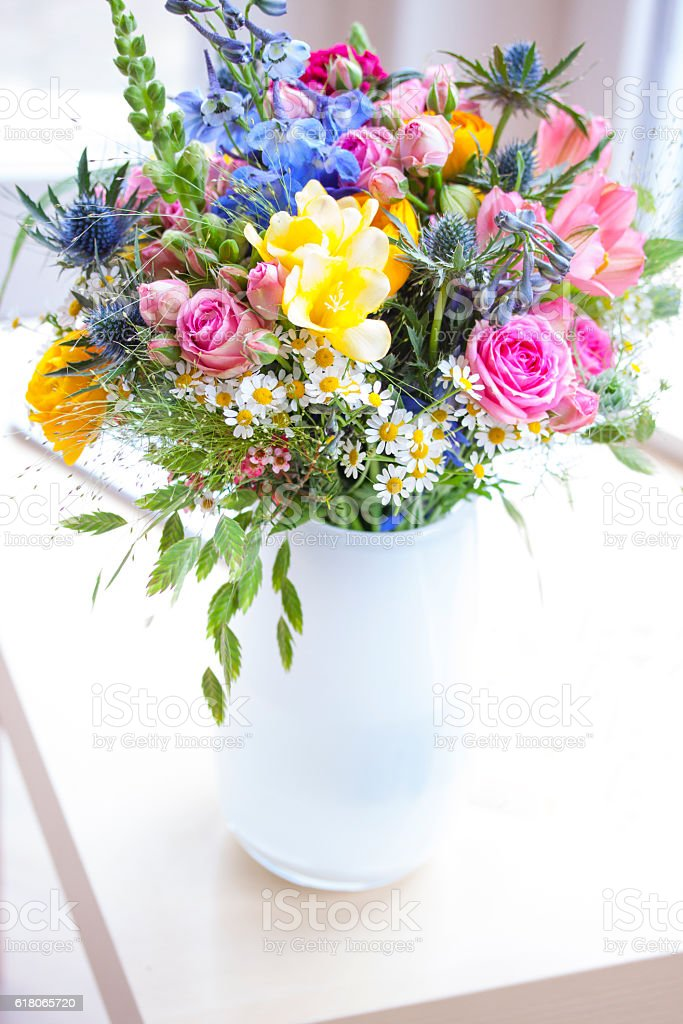 Strauss mit Wildblumen in weisser Vase stock photo
