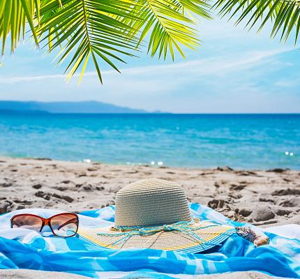 Strooien Hoed En Zonnebril Onder Een Palmboom Stockfoto en meer beelden van Blauw