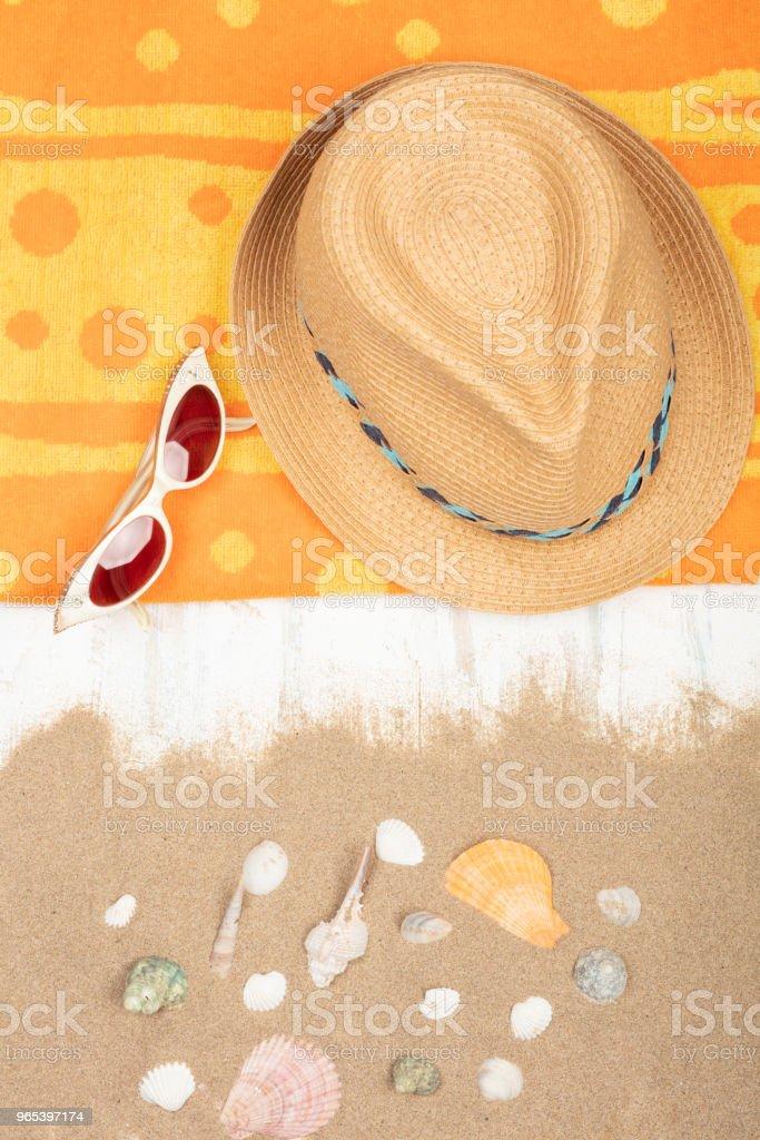 밀 짚 모자, 선글라스, 모래 나무 표면에 바다 조개와 비치 타 올 - 로열티 프리 0명 스톡 사진