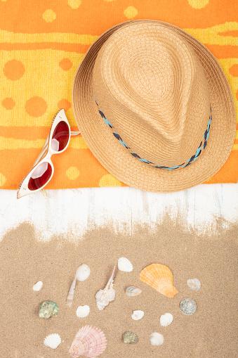 밀 짚 모자 선글라스 모래 나무 표면에 바다 조개와 비치 타 올 0명에 대한 스톡 사진 및 기타 이미지