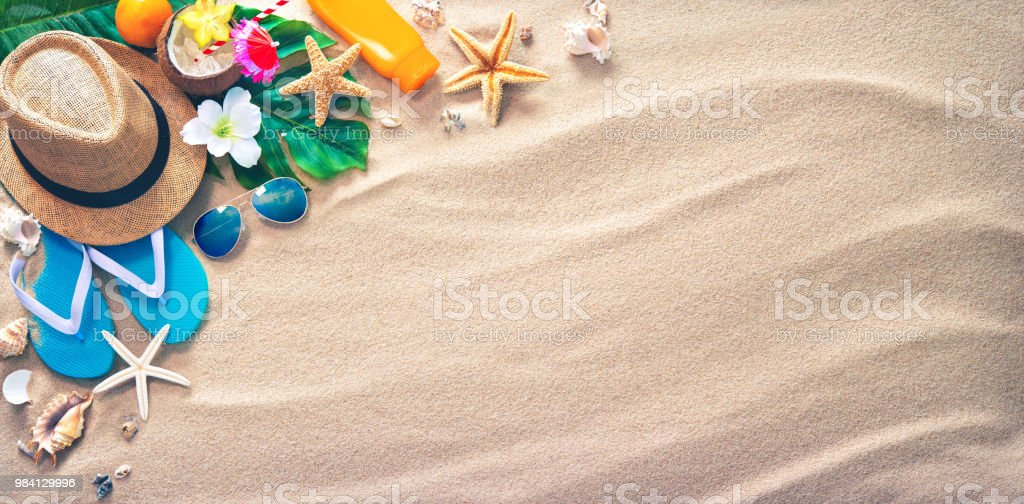 Sombrero de paja con un cóctel exótico y gafas de sol en la playa de arena foto de stock libre de derechos