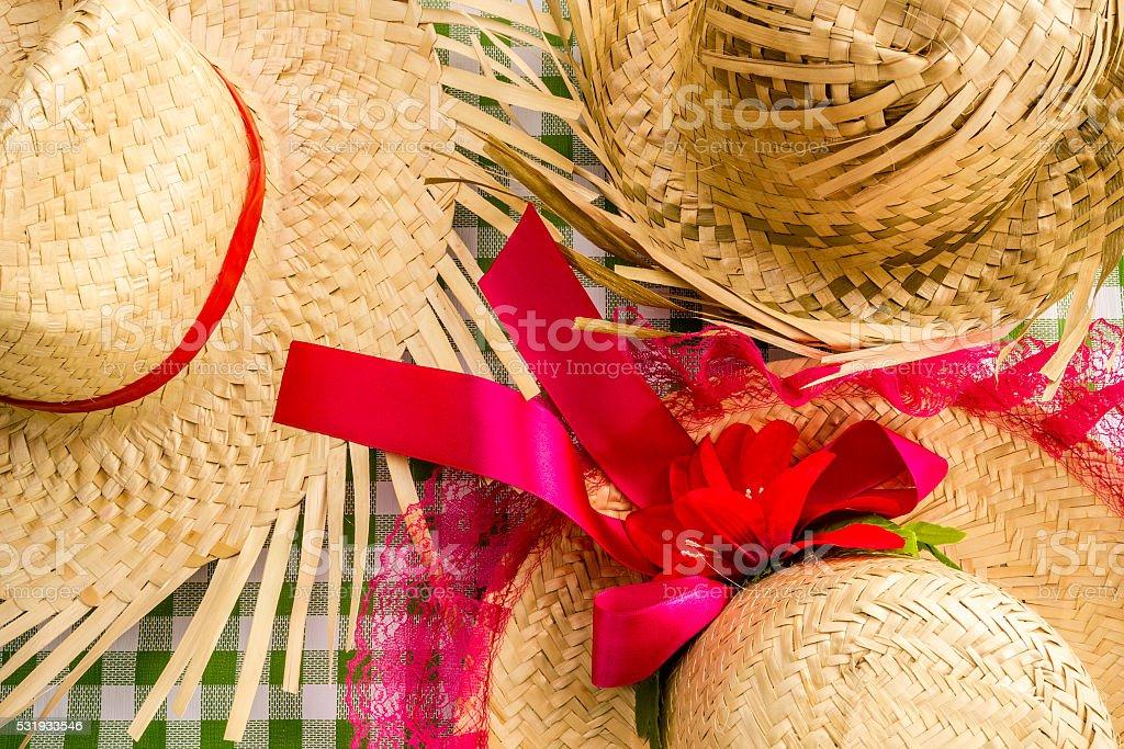 Chapéus de palha em cima da mesa para a Festa Junina - foto de acervo