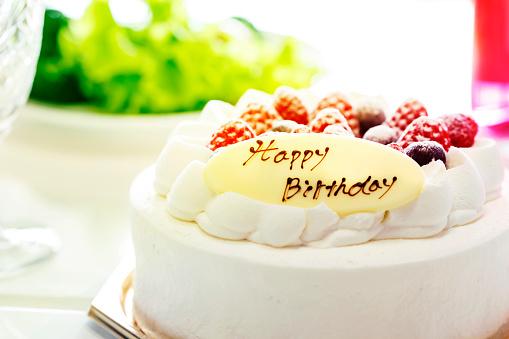 Aardbeien En Bosbessen Room Cake En Salade En Champagne Geïsoleerd Op Een Witte Achtergrond Closeup Stockfoto en meer beelden van Aardbei