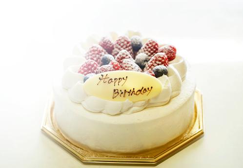 Aardbeien En Bosbessen Verse Room Cake Geïsoleerd Op Een Witte Achtergrond Stockfoto en meer beelden van Aardbei