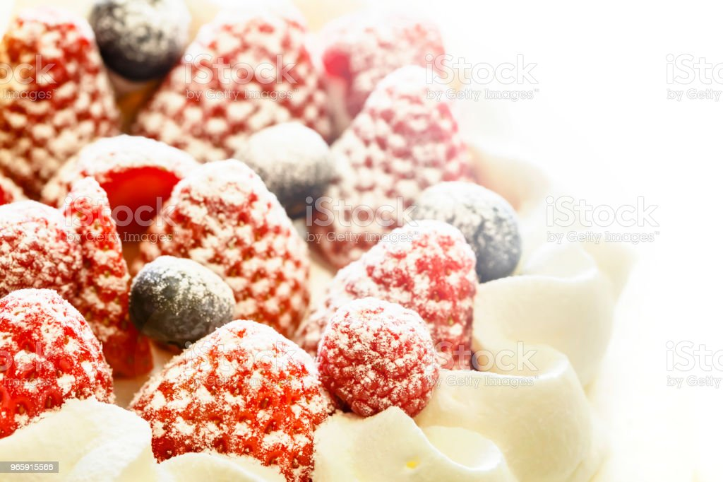 Aardbeien en bosbessen verse room cake geïsoleerd op een witte achtergrond. Close-up - Royalty-free Aardbei Stockfoto