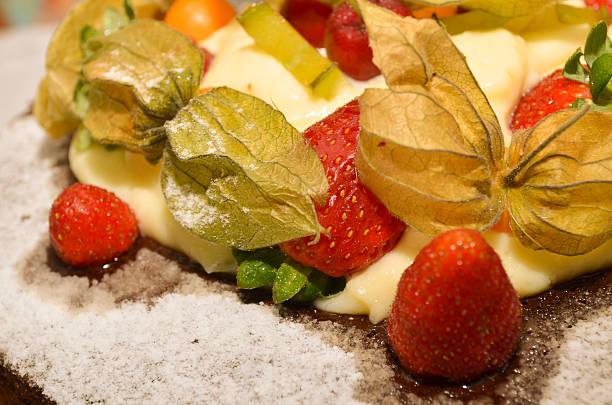 fragole e physalis su una torta al cioccolato - sgarbi foto e immagini stock