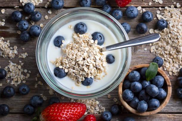 Erdbeeren, Heidelbeeren, Haferflocken und Joghurt – Foto