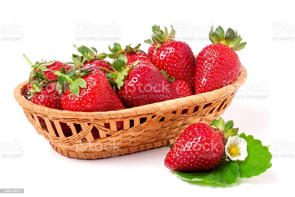 Fresas en una cesta de mimbre aislado sobre un fondo blanco foto de stock libre de derechos