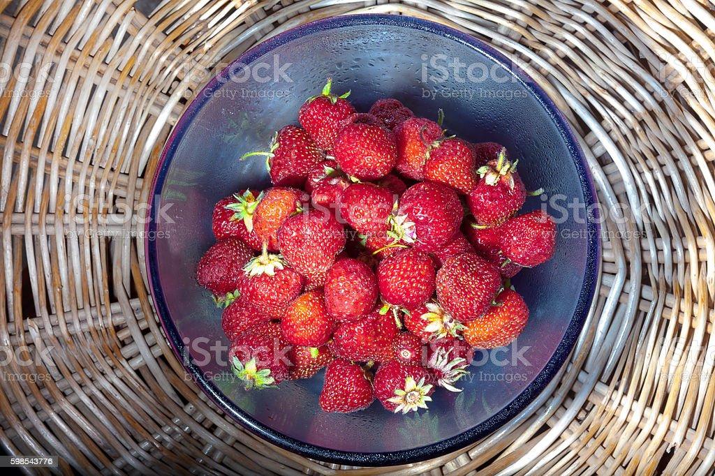 strawberries in blue glass plate photo libre de droits