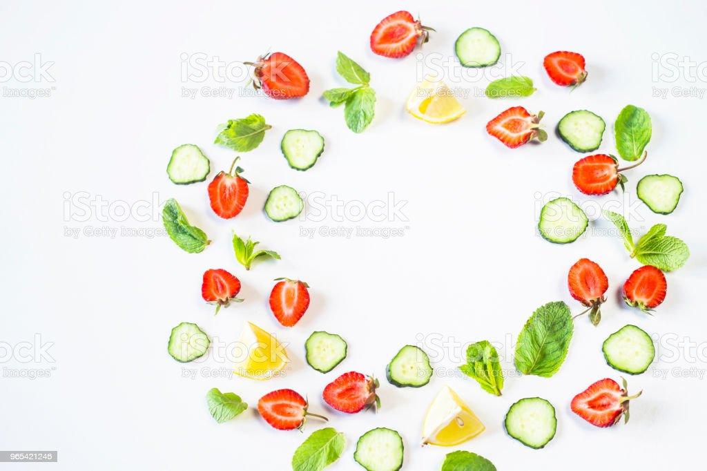 딸기, 레몬, 오이, 민트는 흰색 바탕에 화 환의 형태로 줄지어 있다. 개념을 해독. 평면도, 평면 위치 - 로열티 프리 0명 스톡 사진