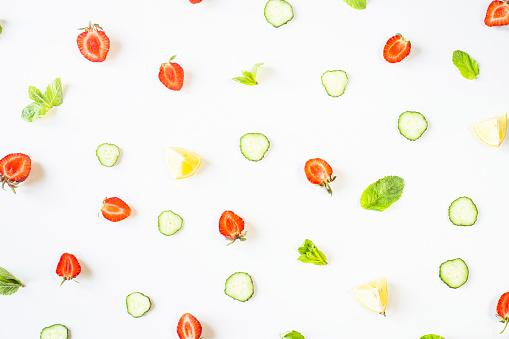 딸기 레몬 오이 및 흰색 배경 분산형에 민트 패튼 해독 개념입니다 평면도 평면 위치 0명에 대한 스톡 사진 및 기타 이미지