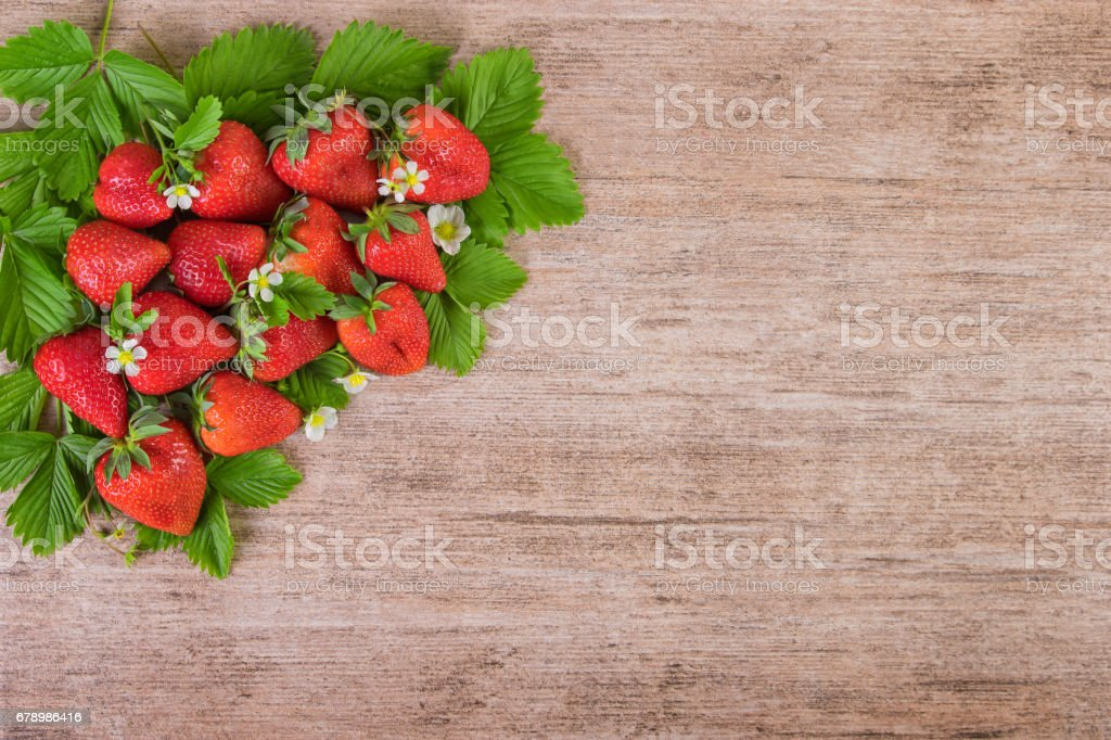 Strawberries with leaves background with text space photo libre de droits