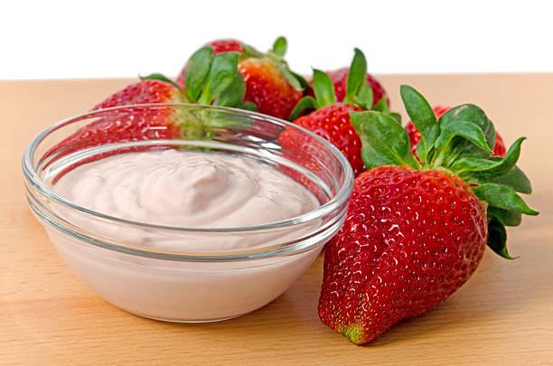 erdbeeren und joghurt - obst kalorien stock-fotos und bilder