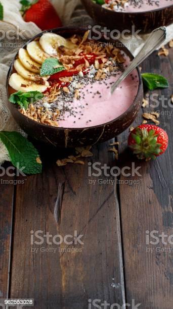 Foto de Tigelas De Smoothie De Morango E Banana e mais fotos de stock de Alimentação Saudável